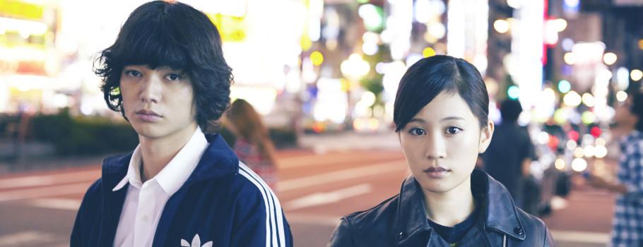 Après Shinoda Mariko dans TAG j'enchaine avec un second film mettant en scène une ex-AKB48 : Kabukicho Love Hotel (さよなら歌舞伎町, Sayonara Kabukichou). Le casting est d'ailleurs assez remarquable puisqu'il réunit à la fois des jeunes stars (Shota Sometani, Atsuko Maeda) et des acteurs plus chevronnés (Yutaka Matsushige, Kaho Minami). Et […]